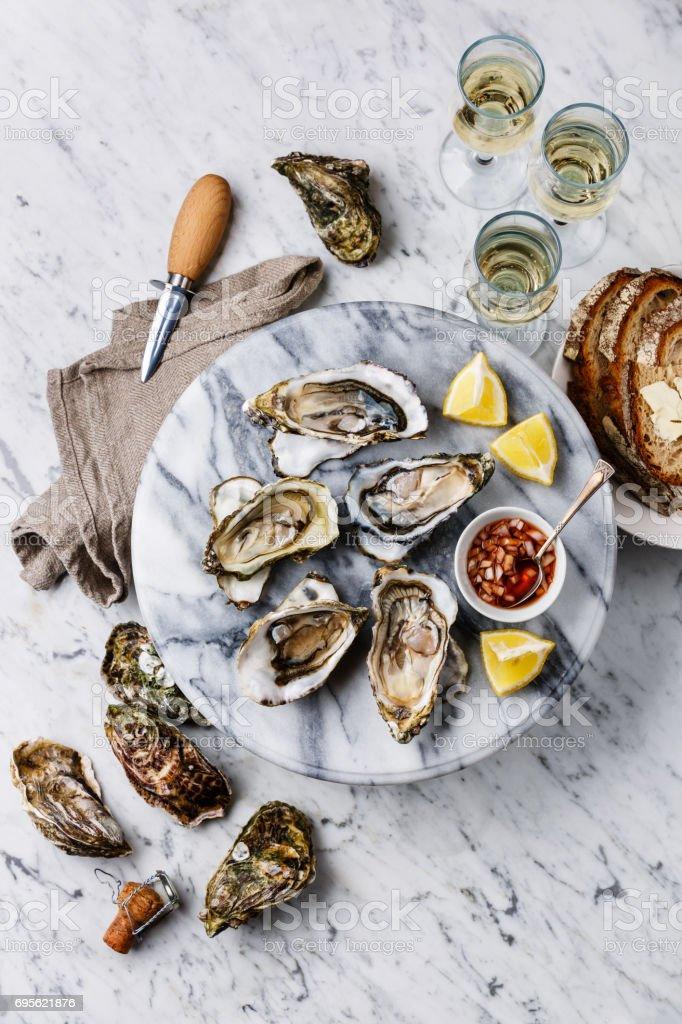 Geöffnete Austern mit Zitrone, Brot, Butter und Champagner – Foto