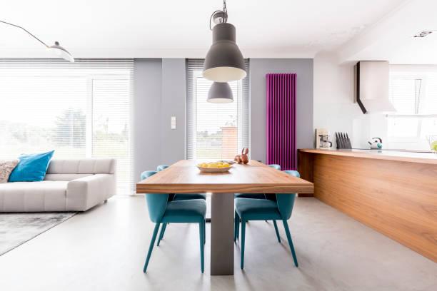 offene familie wohnraum - küche lila stock-fotos und bilder