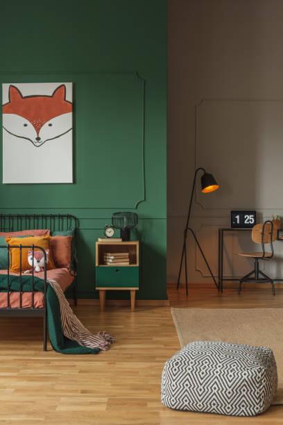 offenen innenraum mit schlaf- und arbeitsbereich für teenager - fuchs kissen stock-fotos und bilder