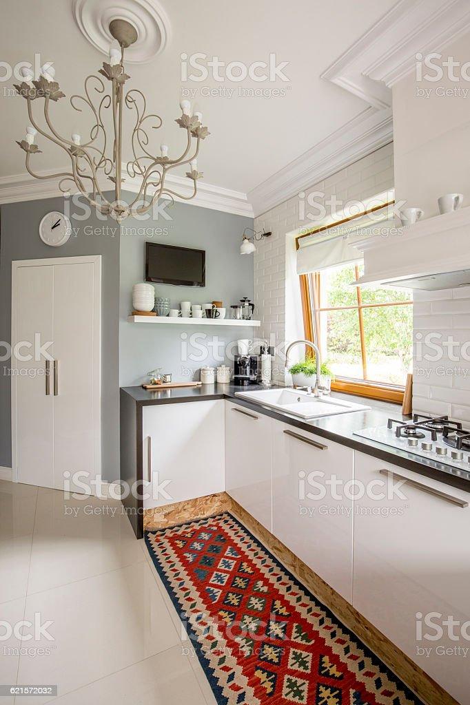 Open plan kitchen with patterned carpet photo libre de droits