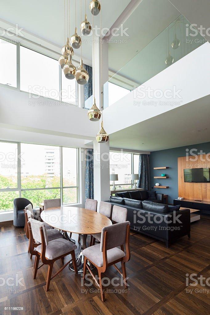 Offene Wohnzimmer einer Luxus-Maisonette-Wohnung – Foto