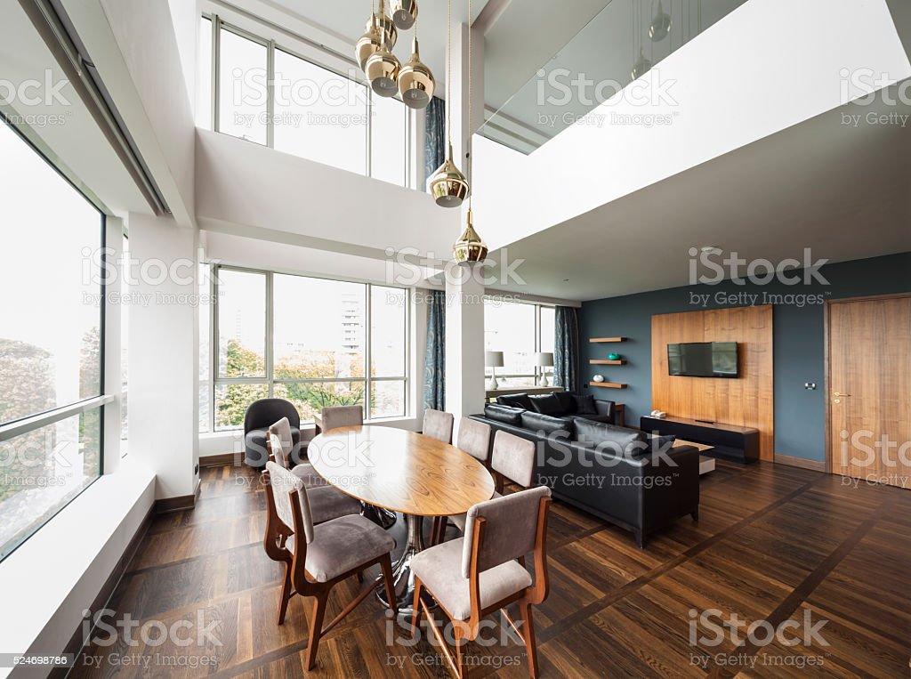 Sala de estar de plano aberto de um luxo duplex apartment. panorama - foto de acervo