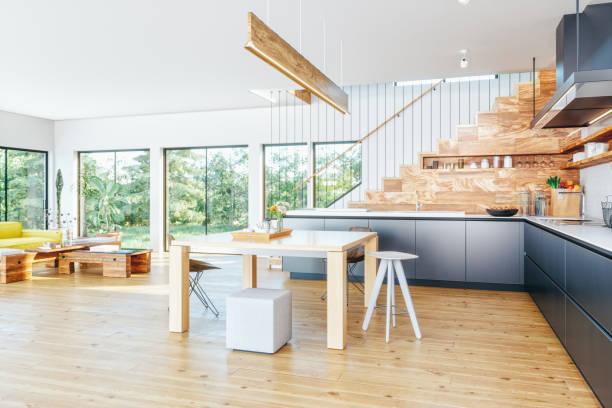 Moderne offene Küche und Wohnzimmer – Foto