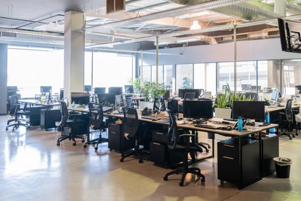 オープン プラン オフィスのワークステーションとコンピューター - オフィス家具 ストックフォトと画像