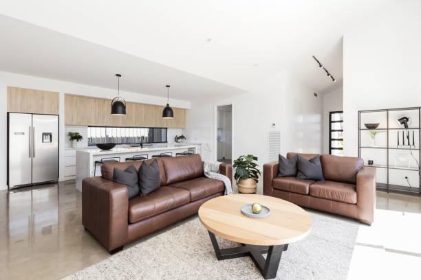 skandinavischen stil familie wohnzimmer und küche - ledersessel braun stock-fotos und bilder