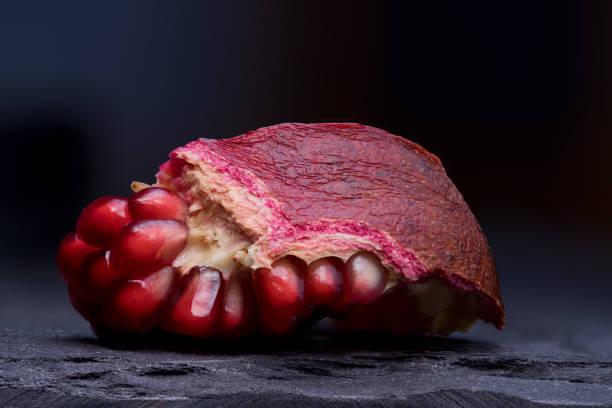 Offenen Granatapfel auf Schiefer Tablett – Foto