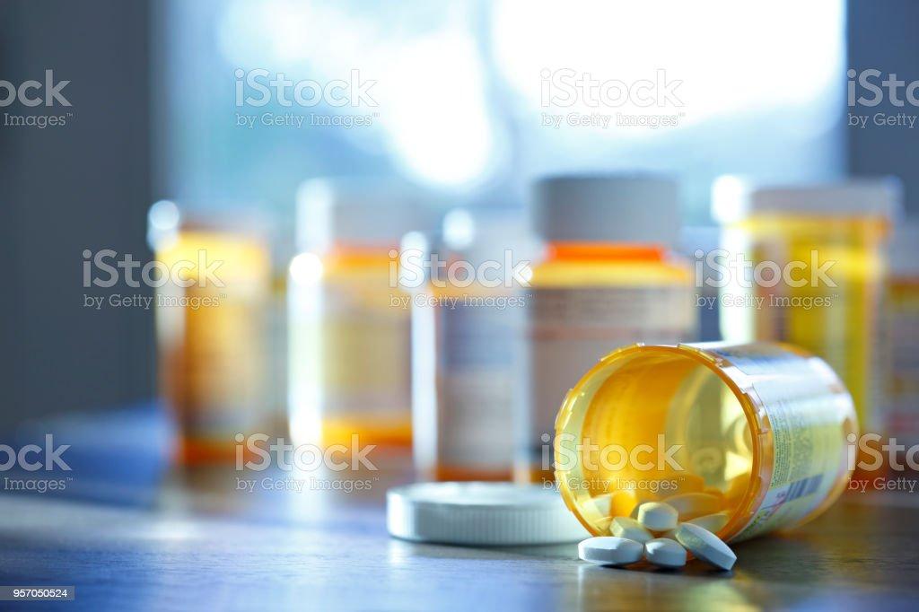 Flacon de médicament de Prescription ouverte sur la partie supérieure du comptoir - Photo