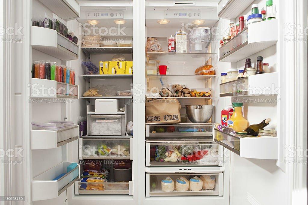 Kühlschrank Regal : Öffnen kühlschrank gefüllt mit lebensmitteln stock fotografie und