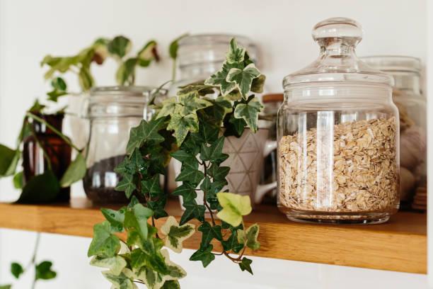 Offene Regale mit Gläsern Haferflocken in der Küche. – Foto