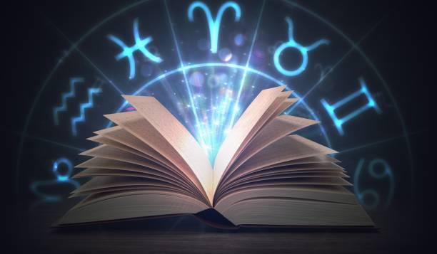 Leuchtendes Astrologie-Buch mit Sternzeichen oben öffnen. 3D Abbildung gerendert. – Foto