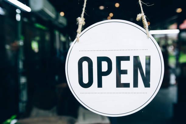 offenes schild im kaffeecafé - offen allgemeine beschaffenheit stock-fotos und bilder