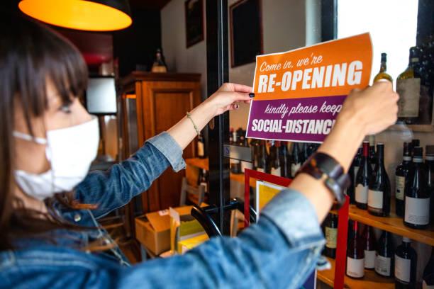 abra sinal em uma pequena loja de negócios após pandemia covid-19 - aberto - fotografias e filmes do acervo
