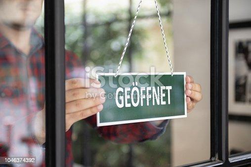 Open sign in German language.