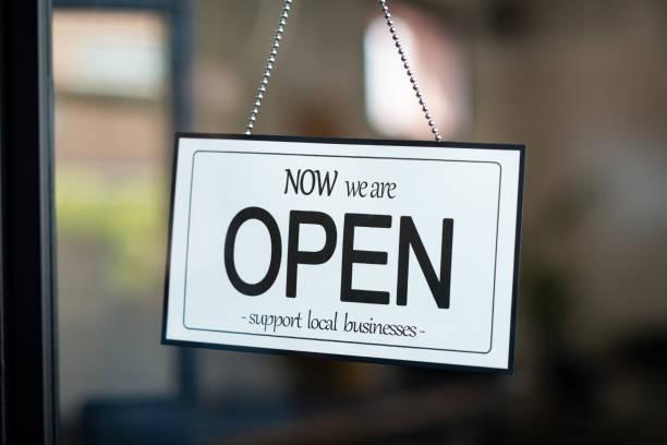 abra sinal de suporte a negócios locais - aberto - fotografias e filmes do acervo
