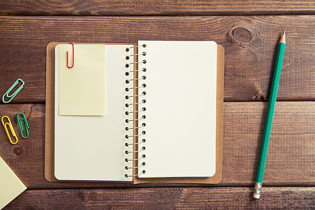 Ouvert sketchbook et un crayon sur la table en bois - Photo