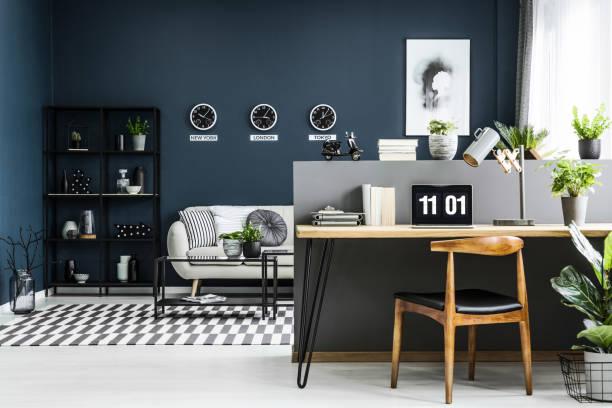 freifläche heimbüro interieur mit schreibtisch, stuhl, pflanzen und moderne sitzecke im hintergrund - regal schwarz stock-fotos und bilder