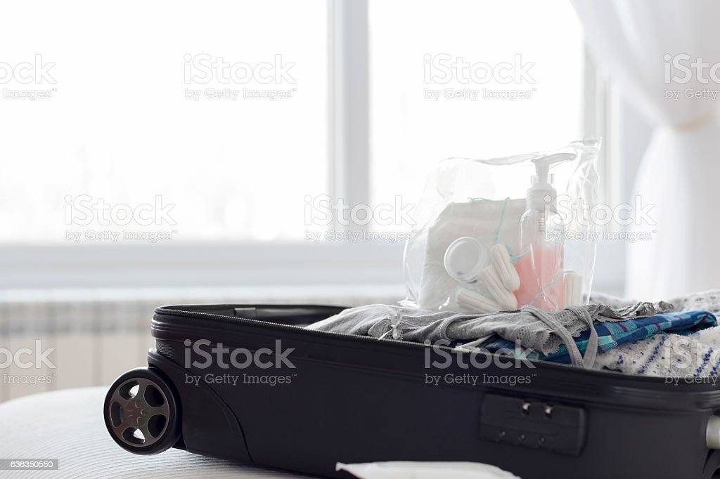 Open suitcase on a bed in the room – Foto