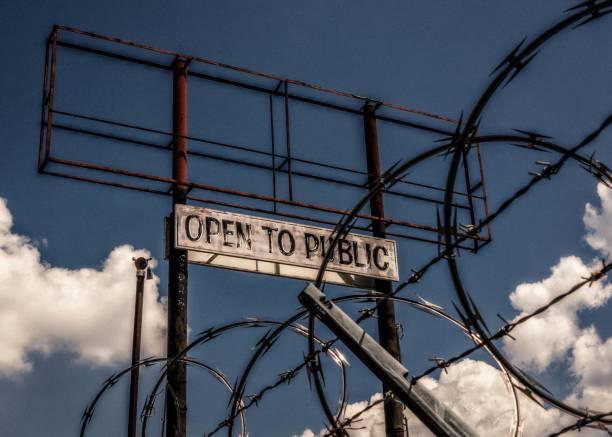 abierto al público, detrás de la barbabwire - ironía fotografías e imágenes de stock