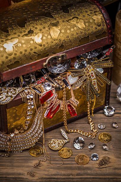 offene schatzkiste - goldgefüllte kette stock-fotos und bilder