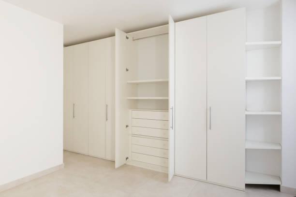 Offene Garderobe in einem modernen Haus – Foto