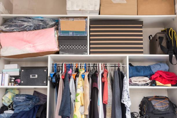 것 들과 침실에서 상자 오픈 옷장 - 저장고 제작물 뉴스 사진 이미지