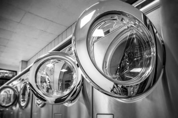 Offene Waschmaschinen in der Waschküche – Foto
