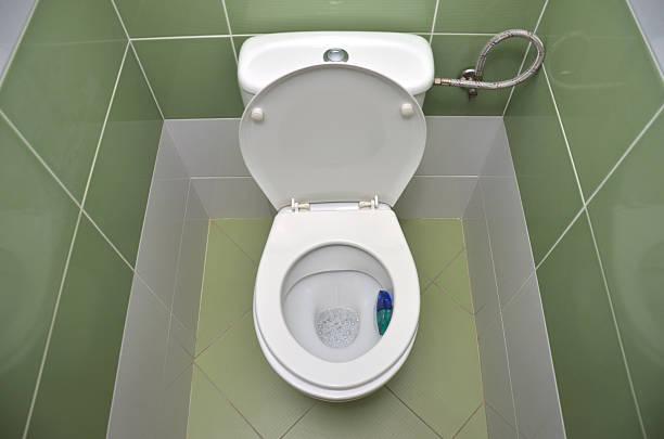 Abierto de agua armario con azulejos de fondo verde - foto de stock
