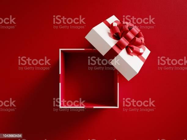 Offenen Weißen Geschenkbox Mit Roten Band Gebunden Stockfoto und mehr Bilder von Auswickeln