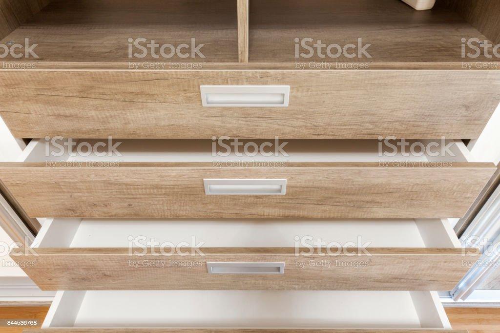 Holzschubkästen öffnen – Foto
