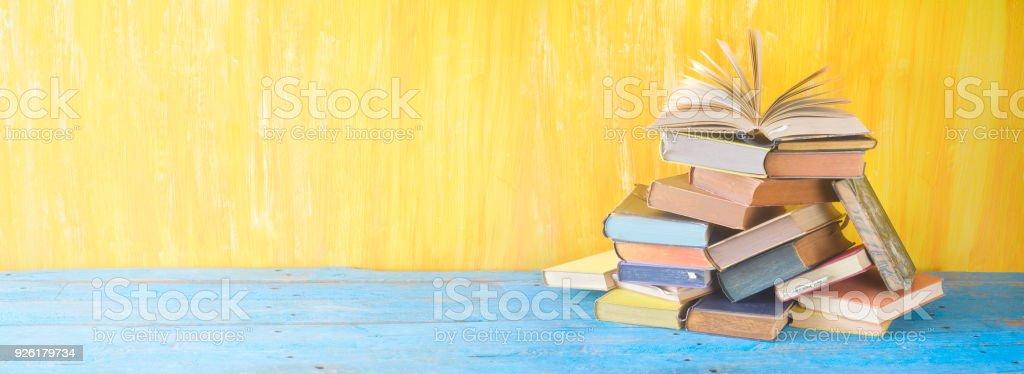 Aufgeschlagenes Buch auf einem Stapel von alten Büchern, Panorama, gute Textfreiraum – Foto