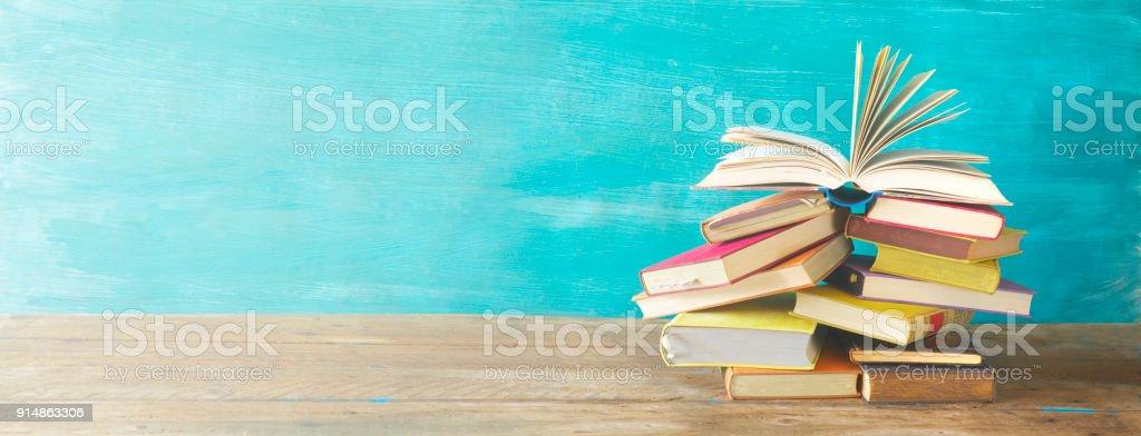 Aufgeschlagenes Buch auf einem Stapel alter Bücher, panorma – Foto