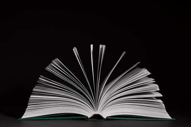Öffnete Buch auf schwarzem Hintergrund – Foto