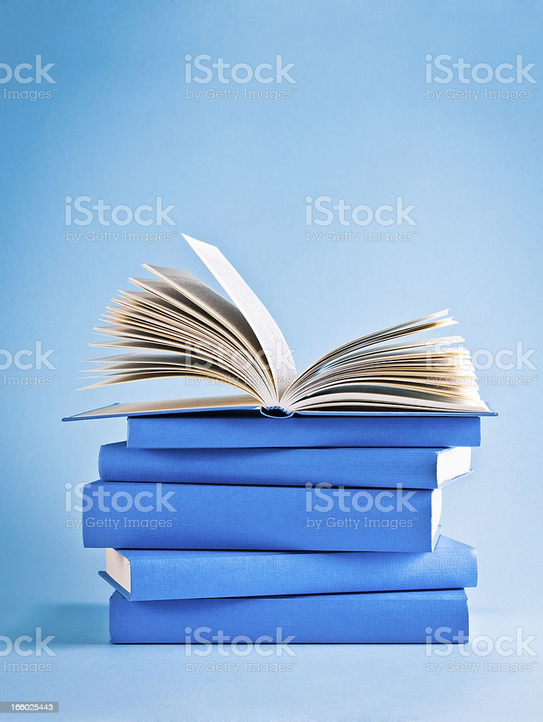 Photo Libre De Droit De Ouvert Livre Sur Une Pile De Livres