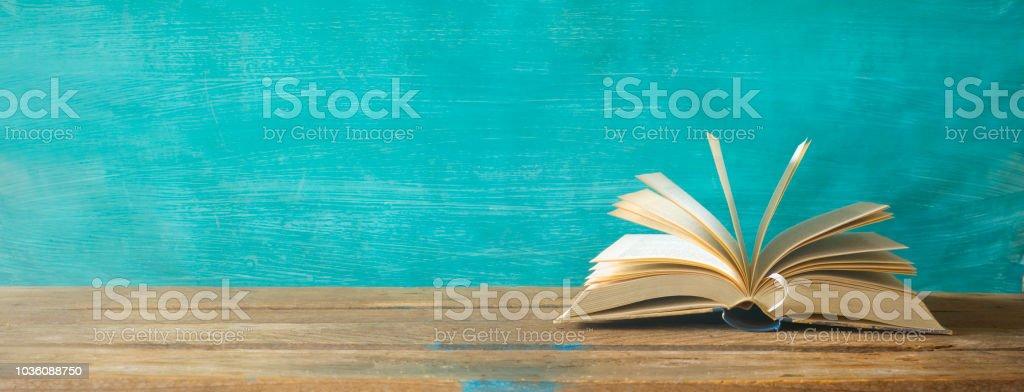aufgeschlagenes Buch, Panoramaformat, gute textfreiraum – Foto