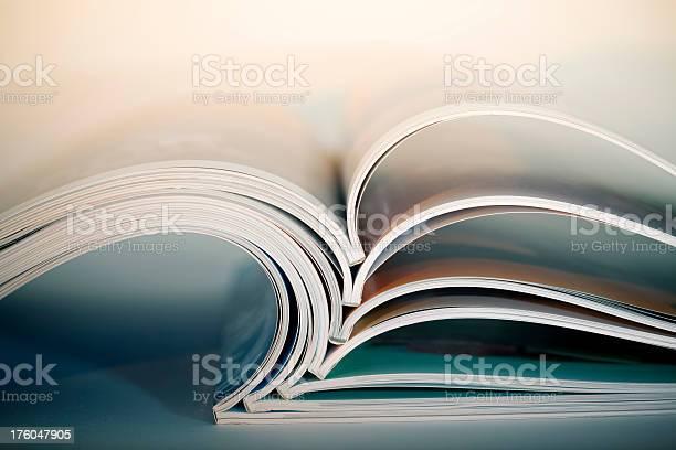 Inaugurado Revistas Foto de stock y más banco de imágenes de Abierto