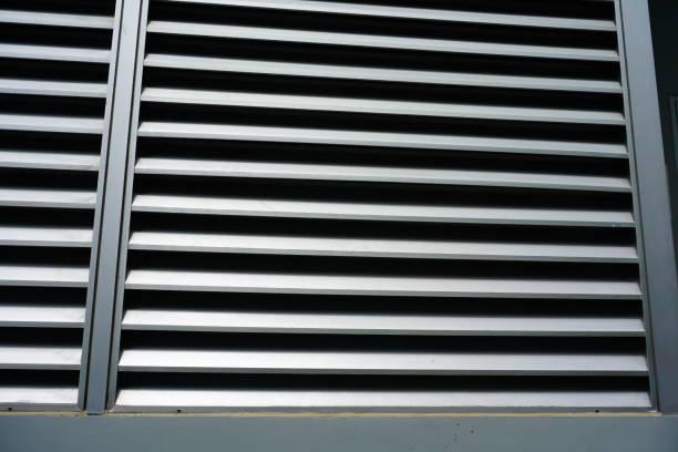 Abierto el obturador de la ventana metálica en el edificio de oficinas - foto de stock
