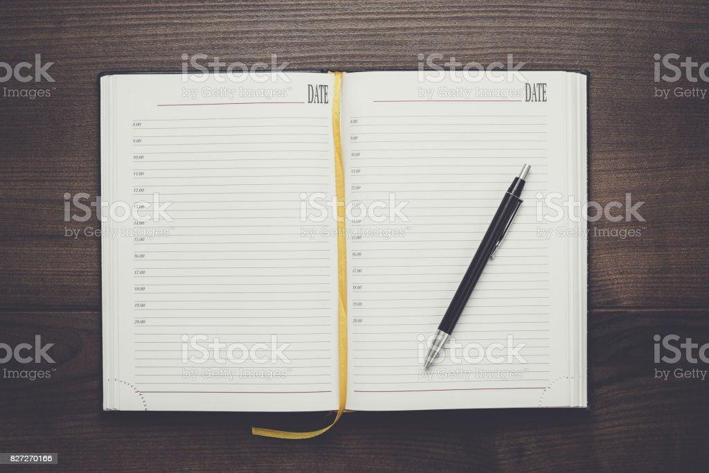Ouvert ordinateur portable et stylo sur table en bois - Photo