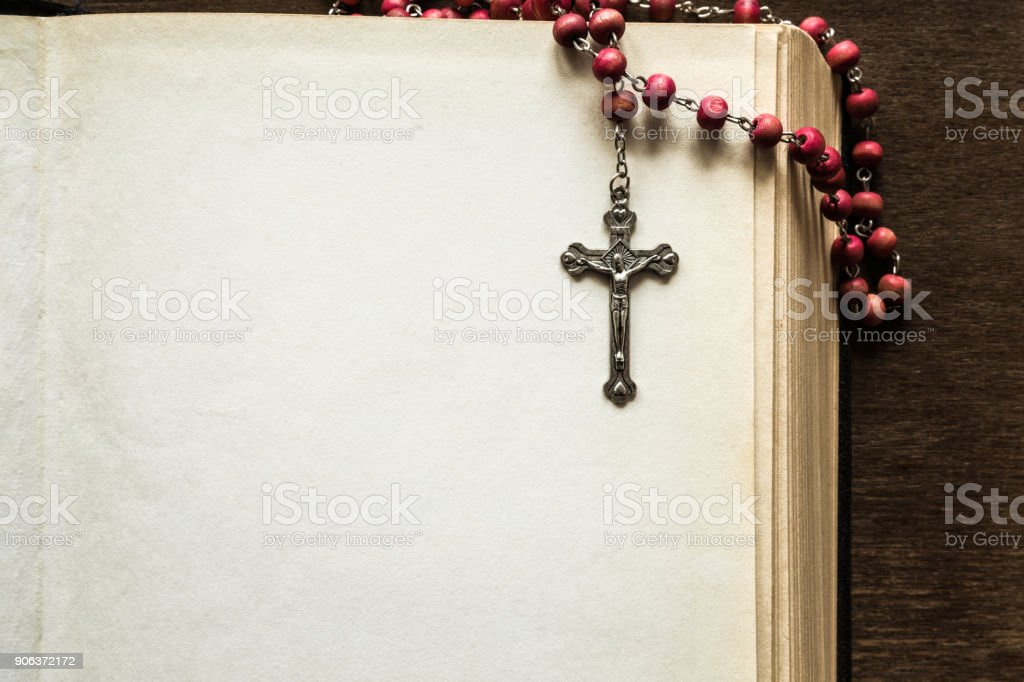 Ouvert vieille bible épais avec chapelet sur la table brune dans l'atmosphère calme et sombre. Temps de prière le dimanche. Place vide pour le texte. Concept de religion. - Photo
