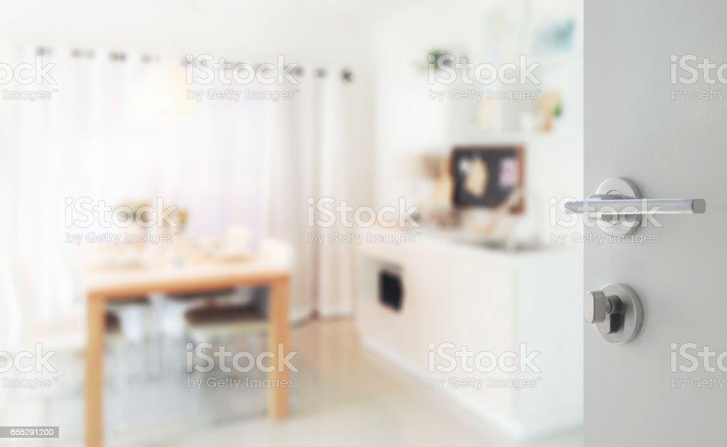 Abrio La Puerta Blanca Para Cocina Moderna Con Mesa De Comedor De Madera Junto A La Despensa Foto De Stock Y Mas Banco De Imagenes De Abierto