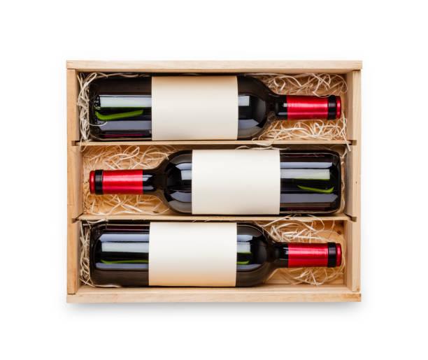 öppnade trälåda med tre röda vinflaskor inuti den isolerade på vit bakgrund - wine box bildbanksfoton och bilder