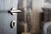 木製のドアを開く