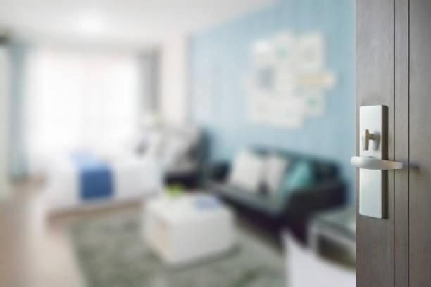 hölzerne tür farbe schema schlafzimmer mit sofa blau - türdeko stock-fotos und bilder