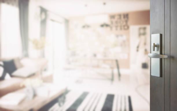 holztür zur modernen wohnens ecke neben dem speisesaal geöffnet - schlüssel dekorationen stock-fotos und bilder