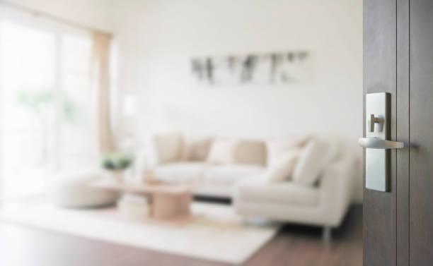 현대 거실 내부에 나무 문을 열었습니다. - 빗나간 포커스 뉴스 사진 이미지