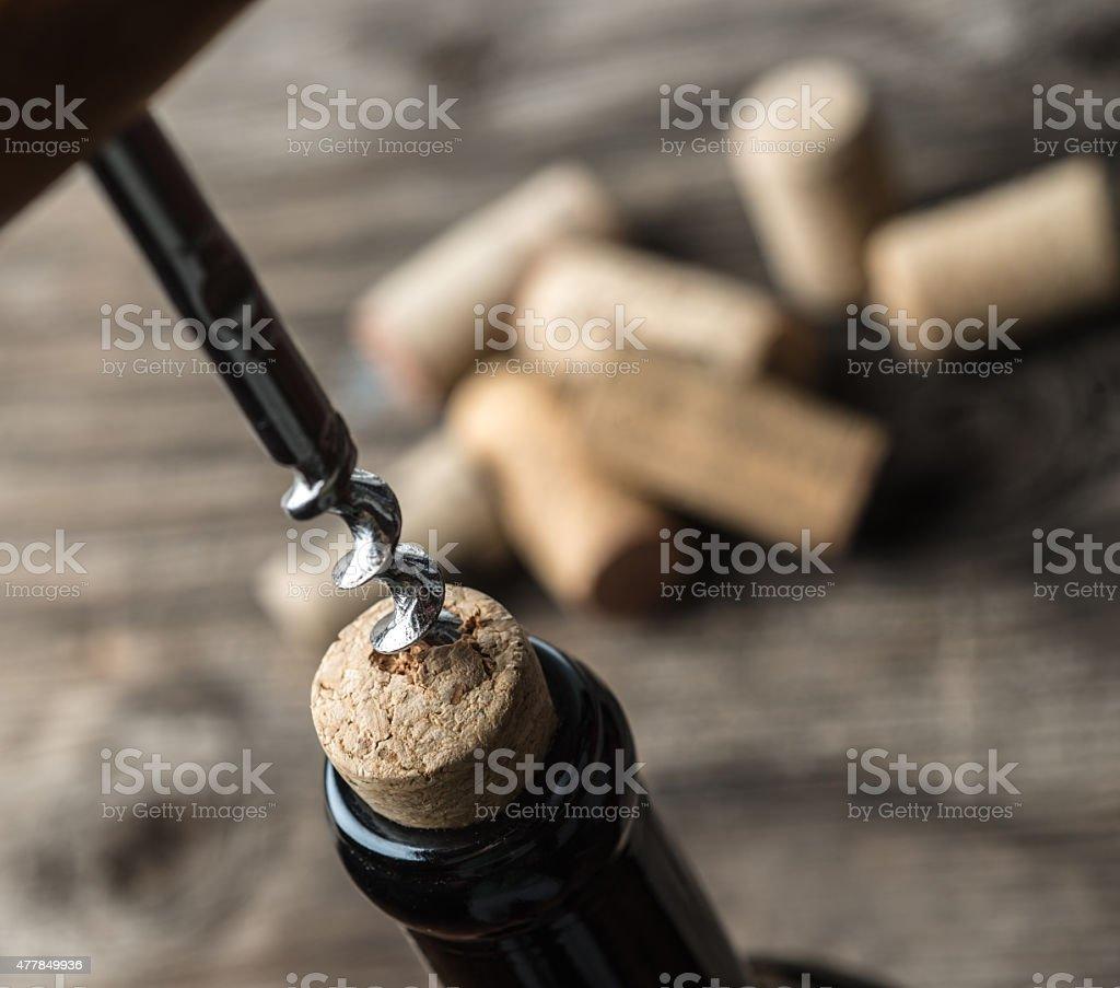 Ouvrir une bouteille de vin - Photo