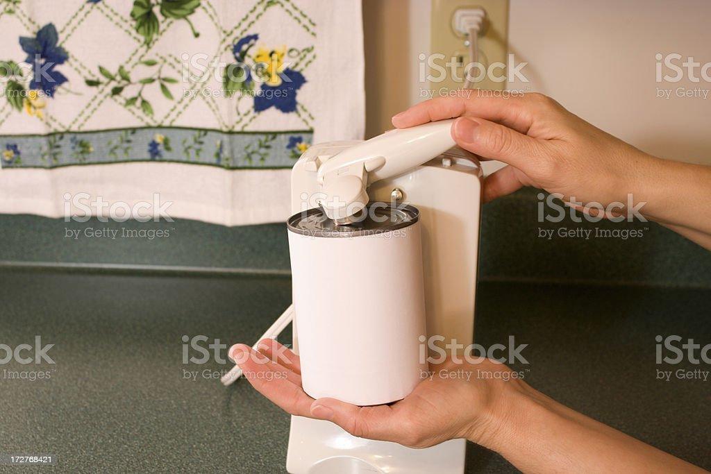 Abrir una puede con etiqueta en blanco - foto de stock
