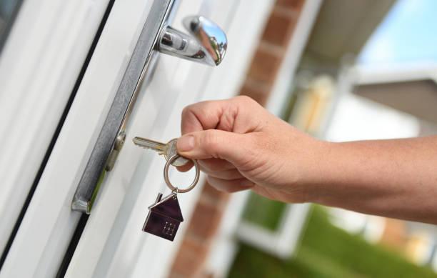 abrindo uma porta para casa com chave - fechadura - fotografias e filmes do acervo