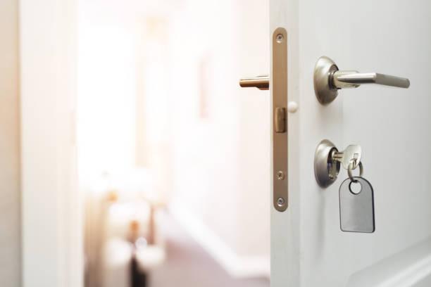 abrindo um conceito de porta de hotel - chave - fotografias e filmes do acervo