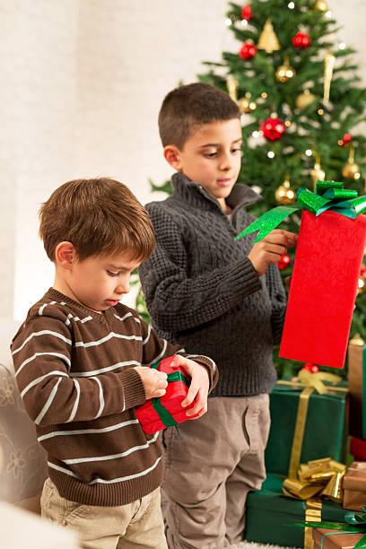 öffnen weihnachtsgeschenk - weihnachten 7 jährige stock-fotos und bilder
