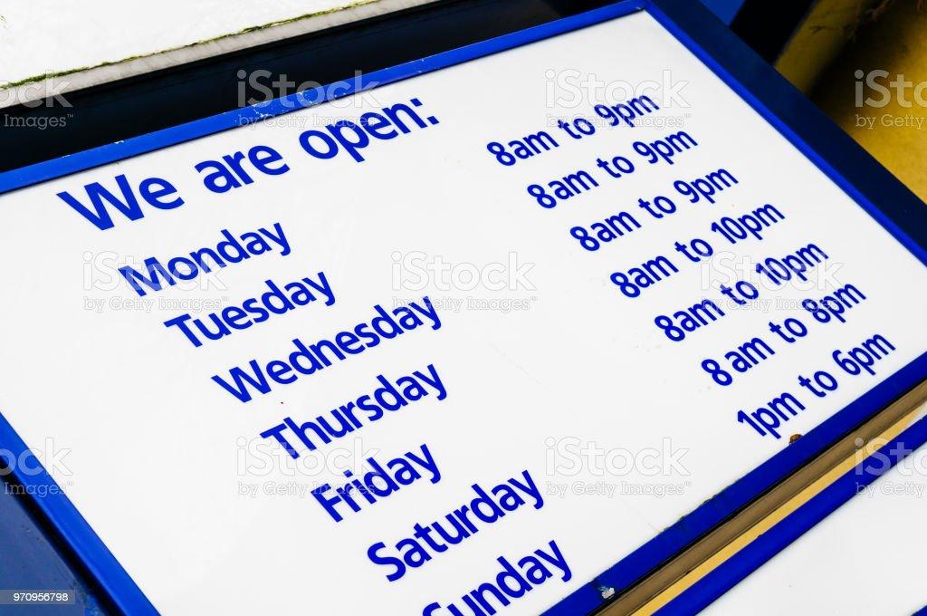 Öffnungszeiten in einem Supermarkt – Foto
